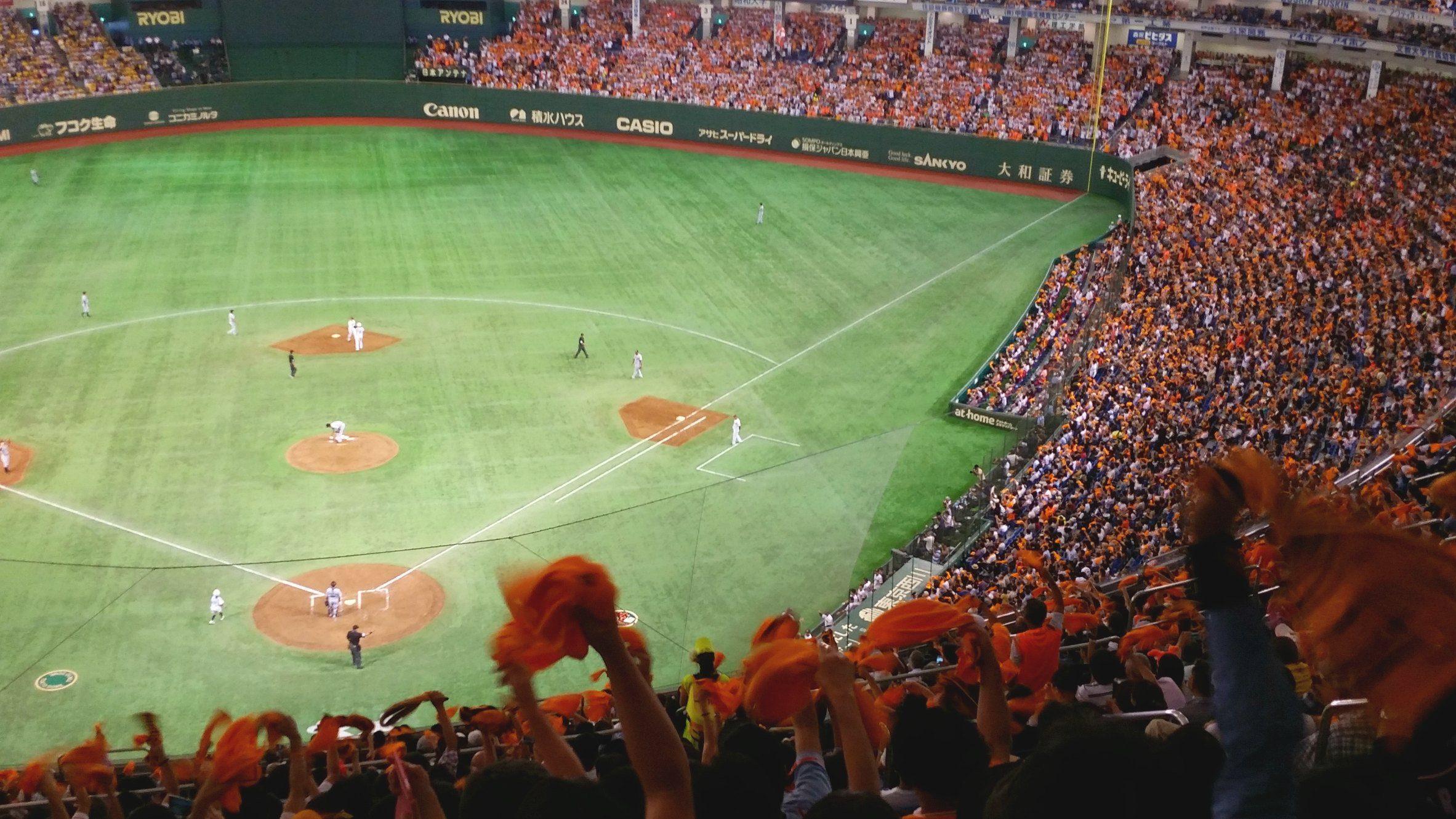 Watching the Yomiuri Giants in the Tokyo Dome Baseball - Score!