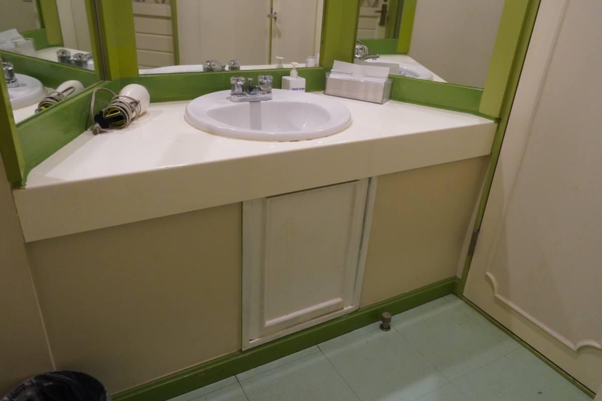 Khaosan World Ryokan and Hostel Family Room Bathroom